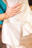 Die heiratenden Hände der Braut Stockfotos