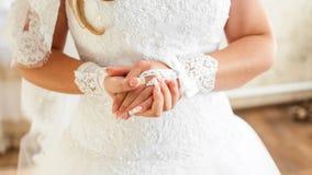 Die heiratenden Hände der Braut Lizenzfreies Stockfoto