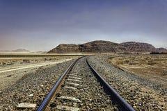Die Hejaz-Eisenbahn unter dunstigen blauen Himmeln in Wadi Rum-Wüste stockbilder
