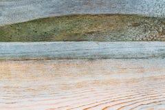 Die helle Beschaffenheit der alten hölzernen Planken knackte und mit Stücken getrockneter Farbe, der abstrakte Hintergrund, Retro Lizenzfreie Stockfotos