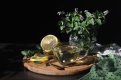 Die helle Teeschale mit einem heißen Getränk Stockbild