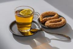 Die helle Teeschale mit einem heißen Getränk Stockfoto