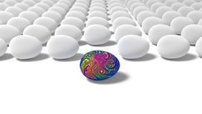 Die hellen Farben, die in einem Strudel auf einem Ei gemalt werden, steht heraus in einer Gruppe einfachen Eiern Lizenzfreie Stockfotos