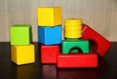 Die hellen Würfel der Kinder von verschiedenen Formen lizenzfreies stockfoto