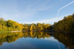 Die Herbstbäume reflektierten sich im Wasser Stockfotografie