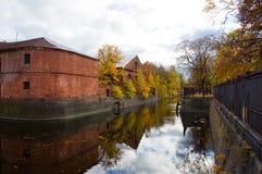 Die Herbstbäume reflektierten sich im Wasser Lizenzfreie Stockfotografie