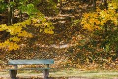 die Herbstbank stockfoto