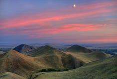 Die Herbsthügel im Zwielicht. Stockfotografie