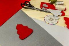 Die Herstellung des handgemachten Weihnachten spielt vom Filz mit Ihren eigenen Händen Stockbild