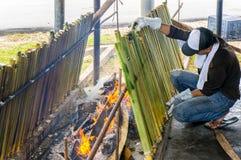 Die Herstellung des traditionellen malaysischen Lebensmittels, stockbild