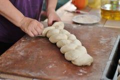 Die Herstellung des umsponnenen Brotes Stockfotografie