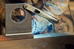 Die Herstellung unter Verwendung des halbautomatischen Schweißens Stockfotos