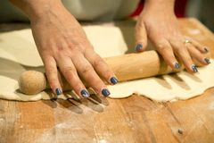 Herstellung der Pizza Lizenzfreies Stockbild
