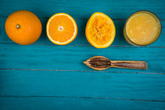 Die Herstellung von frischen organischen Orangen drückte Saft auf Tabelle zusammen Stockbilder