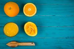 Die Herstellung von frischen organischen Orangen drückte Saft auf Tabelle zusammen Stockfoto
