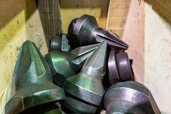 Die Herstellung von Schneidern für Reißwölfe liegt auf der Zeichnung, das Schneidwerkzeug für die maschinelle Bearbeitung von Gän stockfotos