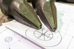 Die Herstellung von Schneidern für Reißwölfe liegt auf der Zeichnung, das Schneidwerkzeug für die maschinelle Bearbeitung von Gän stockfoto