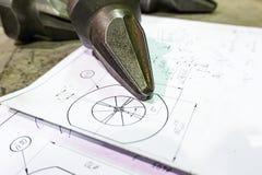 Die Herstellung von Schneidern für Reißwölfe liegt auf der Zeichnung, das Schneidwerkzeug für die maschinelle Bearbeitung von Gän lizenzfreies stockfoto
