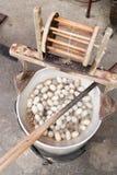 Die Herstellung von Seidenfäden Den Kokon zu kochen ist eins von den Pro stockbilder