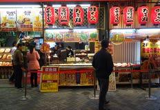 Die Herstellung von Takoyaki in Osaka, Japan Lizenzfreies Stockfoto