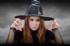 Die Hexe, die in Richtung blicken und der Versuch wirft einen Bann Stockfotografie