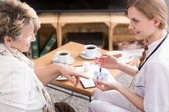 Die Hilfe der Pflegekraft ist invalueable Lizenzfreies Stockfoto