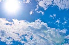 Die Himmelwolken und der Sonnenglanz Lizenzfreie Stockfotografie