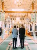 Die hintere Ansicht der Jungvermählten während der Hochzeitszeremonie lizenzfreie stockfotografie