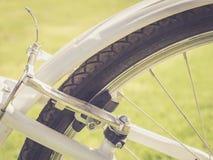 Die hintere Fahrradbremse auf grünem Gras Stockfoto