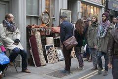 Die Hippie-Jungen kleideten in der kühlen Londonerart gehend in Ziegelsteinweg, eine Straße an, die unter jungen modischen Leuten Stockfoto