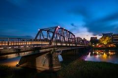 Die historische Eisenbrücke an den Chiangmai-Stadtskylinen Stockfotos