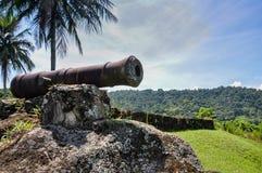 Die historische Kanone, die benutzt wird, um Piraten bei Paraty, Rio zu bekämpfen tun Janeiro. lizenzfreies stockfoto