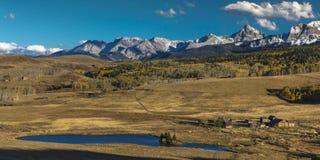 Die historische letzte Dollar-Ranch, die von Rod Lewis besessen wurde, schmiegte sich unter Ansicht an Stockfotografie