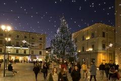 Die historische Mitte von Rieti während der Weihnachtsfeiertage mit Lichtdekorationen lizenzfreie stockfotos