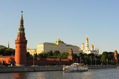 Die historische Mitte von Russland ist der Turm Vodovzvodnaya oder Sviblova des Moskaus der Kreml, der großartige der Kreml-Palas Lizenzfreie Stockfotografie