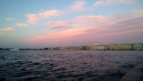 Die historische Mitte von St Petersburg bei Sonnenuntergang Ansicht über den Neva-Fluss mit Booten auf ihm Schöne Fassaden von Ge Lizenzfreie Stockfotos