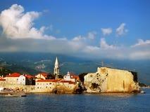 Die historische Stadt durch das Meer Stockfoto