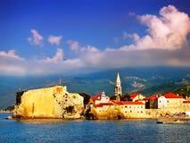 Die historische Stadt durch das Meer Lizenzfreie Stockfotos