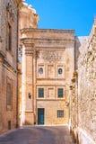 Die historische Straße und die Architektur von Mdina lizenzfreie stockfotos
