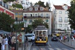 Die historische Tram 28 in Lissabon, Portugal Lizenzfreie Stockfotos