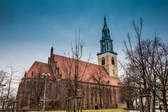 Die historischen und schönen St Mary Kirche gelegen in zentralem Berlin an einem kalten Ende des Wintertages lizenzfreie stockfotografie