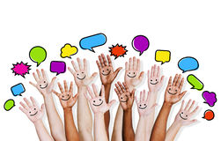 Die Hände der multiethnischen Leute angehoben mit Sprache-Blase Stockbilder