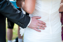 Die Hände des Mannes, die weibliche Beute, Nahaufnahme umarmen Lizenzfreie Stockfotos