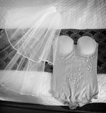 Die Hochzeits-Schleier der Braut mit Schmuck und Unterwäsche Stockfoto