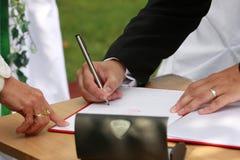Die Hochzeitsunterzeichnung stockfotos