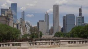 Die hohen Gebäude im Stadtzentrum gelegener Ansicht Chicagos von Grant Park stock footage