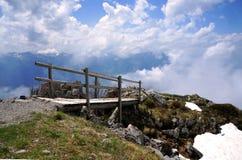 Die Holzbrücke, die zu die Wolken in den Schweizer Alpen führt Stockfotos