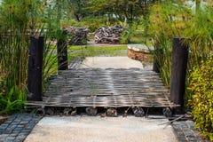 Die Holzbrücke im Park lizenzfreies stockbild