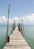 Die Holzbrücke und das Meer im Feiertag Stockfoto