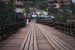Die Holzbrücke zum Dorf Stockfotos
